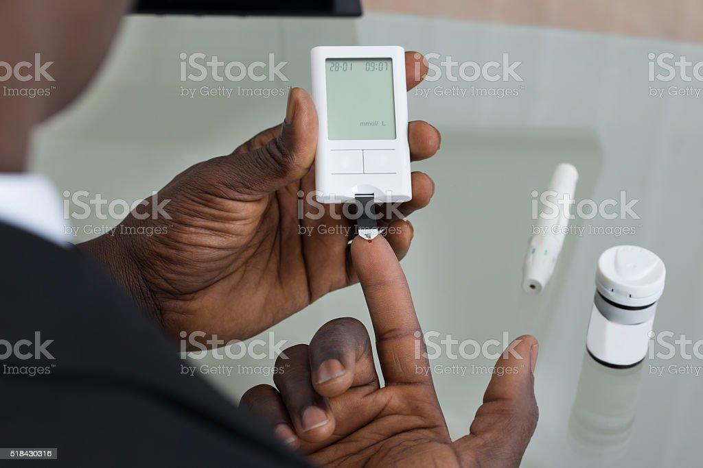 Patient Hands With Glucometer - Royaltyfri Afrikanskt ursprung Bildbanksbilder