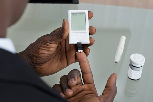 patient hands with glucometer - diabetes stockfoto's en -beelden