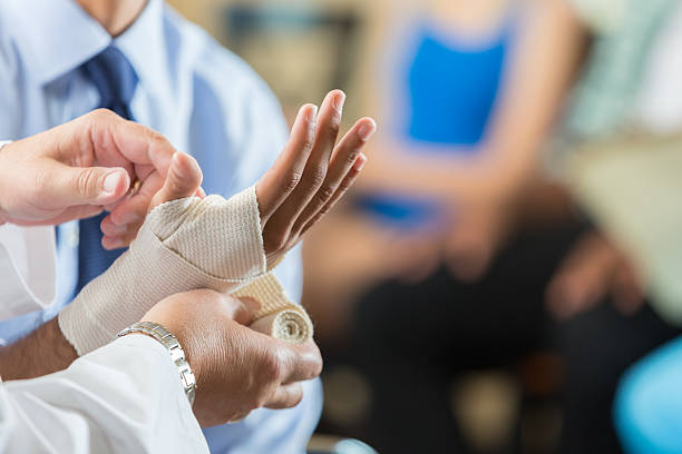 Patient having wrist bandaged by nurse in hospital triage center – Foto