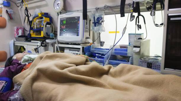 patient in krankenwagen - was bringt unglück stock-fotos und bilder