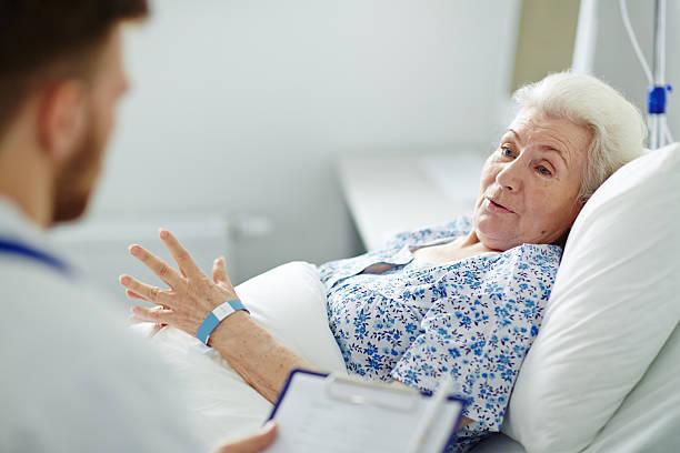 paciente en la cama - geriatría fotografías e imágenes de stock