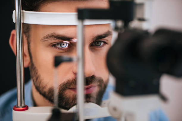 patient in ophthalmology clinic - soczewka gałka oczna zdjęcia i obrazy z banku zdjęć