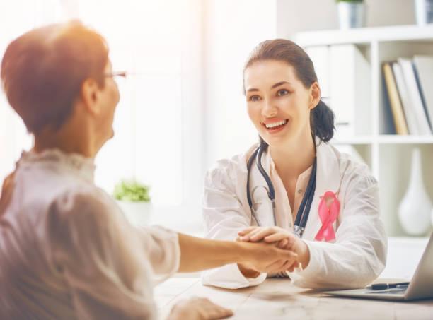 paciente ouvir médico - outubro rosa - fotografias e filmes do acervo