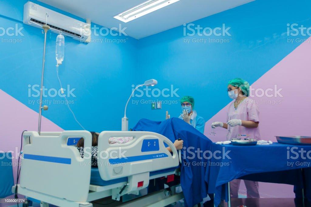 4eb2b5538 Paciente Acostado En Una Cama En La Sala De Partos Sala De ...