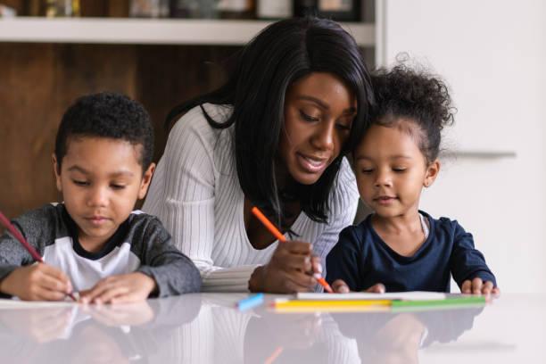 eine geduldige mutter während einer pandemie - homeschooling stock-fotos und bilder