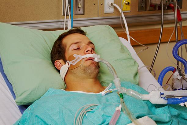 patient on respirator - ventilator bed stockfoto's en -beelden