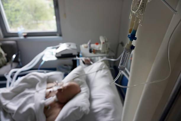 patient - ventilator bed stockfoto's en -beelden