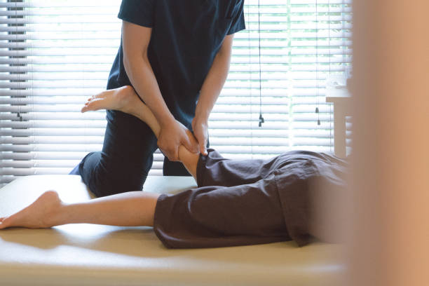 patient receiving chiropractic treatment - china drug foto e immagini stock