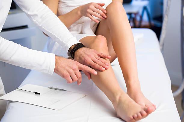 Geduld zeigen Cosmetologist Problem Umgebung auf Ihr Bein – Foto