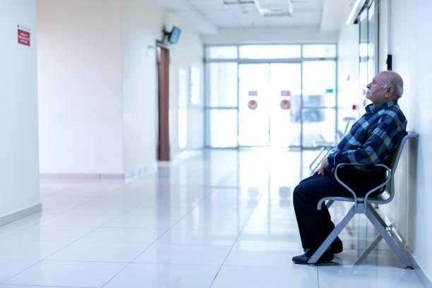 Patient sitzt im Wartezimmer – Foto