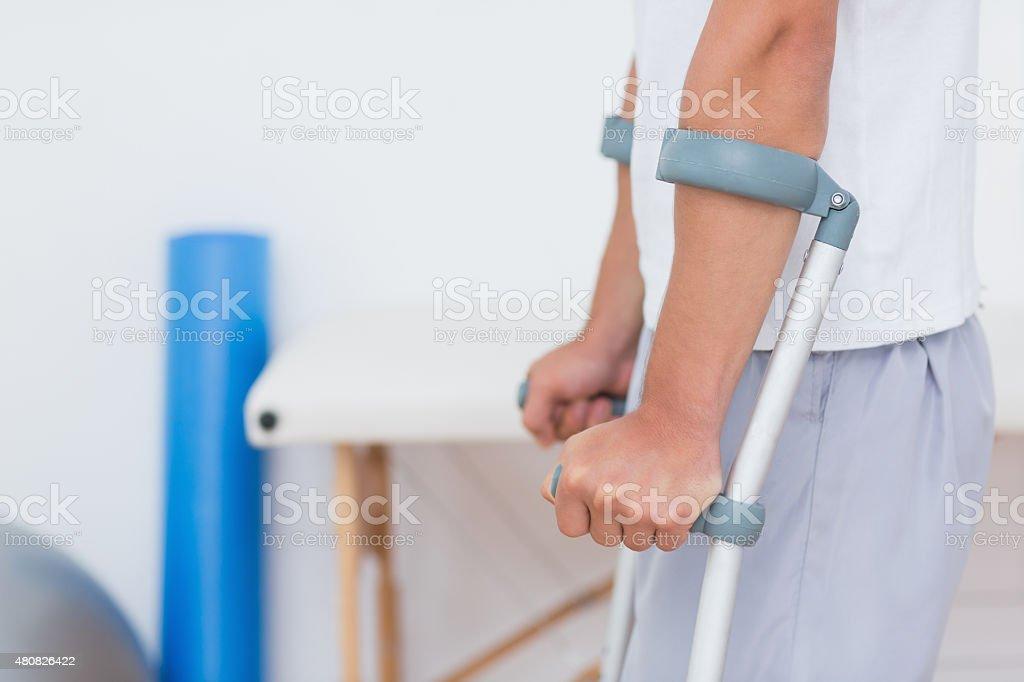 Patient stehend mit Krücke Lizenzfreies stock-foto