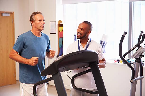 paziente utilizzando tapis roulant in ospedale fisioterapia reparto - runner rehab gym foto e immagini stock