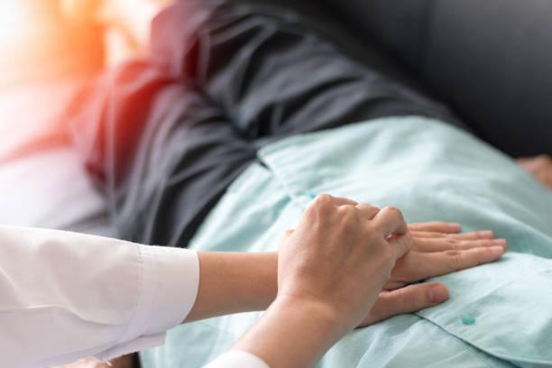 o paciente com verificação do doutor em doenças de estômago ou gastropathy inclui a gastrite, gastroparesis, diarreia na pessoa fêmea idosa sênior no hospital. - vesicula biliar - fotografias e filmes do acervo