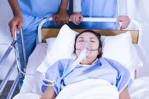 Doctor placing an oxygen mask on patient — Stock Photo