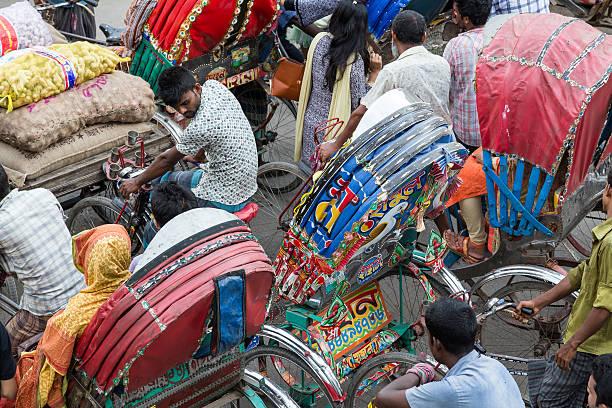 Patiently waiting in crowded cycle rickshaw traffic Dhaka, Bangladesh – Foto