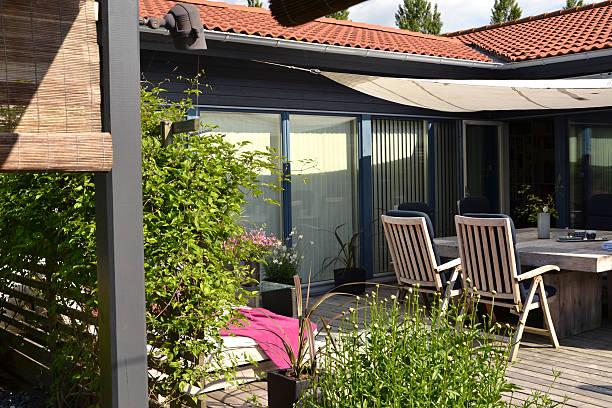 patio und speisebereich im freien - terrassen deck design stock-fotos und bilder