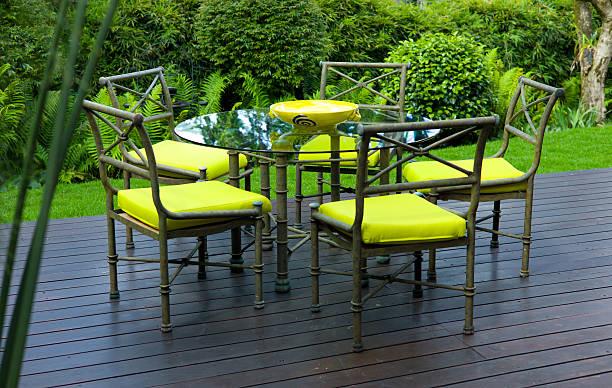 patio (terrace) abendessen: tisch und stühle auf der terrasse - terrassen deck design stock-fotos und bilder
