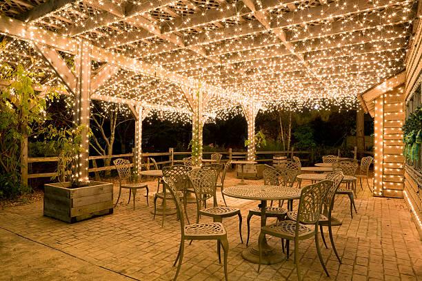 patio bereit für weihnachten - terrassen lichterketten stock-fotos und bilder