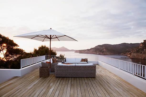 patio-mobiliar auf moderne deck - outdoor sonnenschutz stock-fotos und bilder