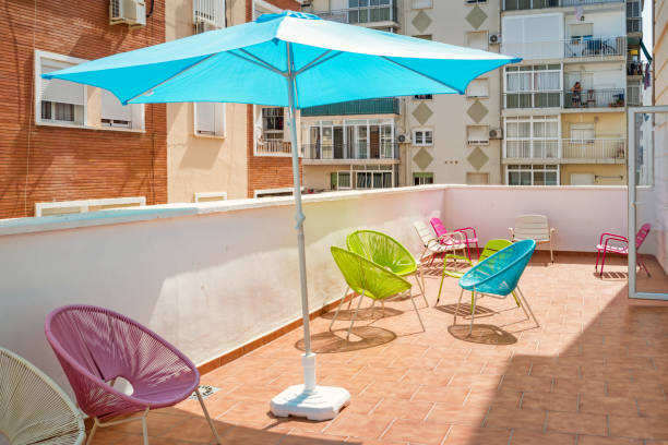 terrasse eines hostels in malaga andalusien spanien - sonnenschirm terrasse stock-fotos und bilder