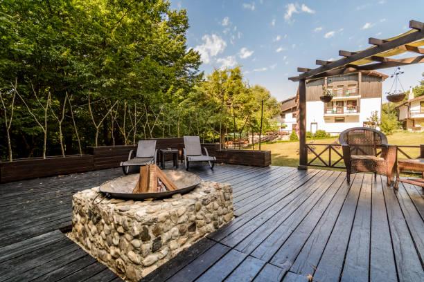 terrasse mit e-grill - grillstein stock-fotos und bilder
