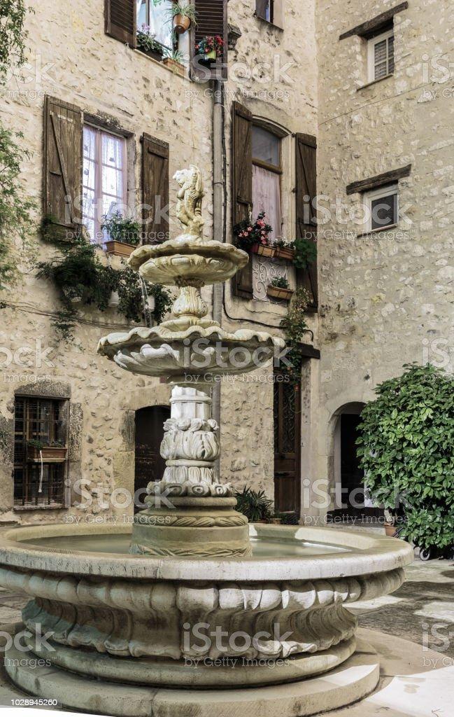 Patio Avec Fontaine Dans Le Vieux Village Pendant La Nuit France