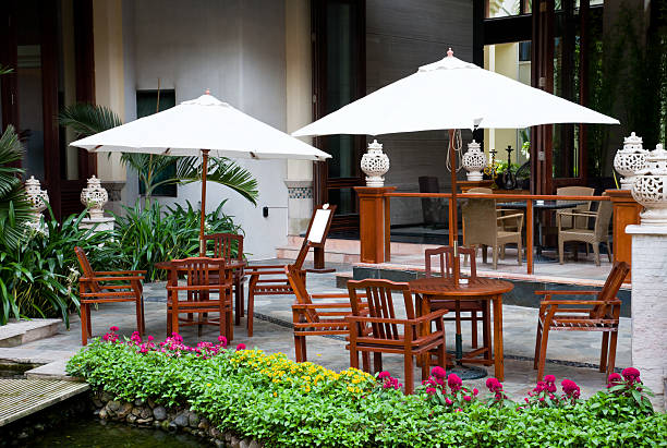 terrasse mit tisch und stühlen - outdoor sonnenschutz stock-fotos und bilder
