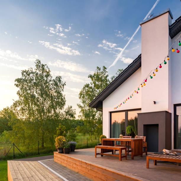 terrasse mit holzboden - garten haus stock-fotos und bilder
