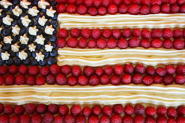 patriotische amerikanische flagge dessert kuchen - himbeerzuckerguss stock-fotos und bilder
