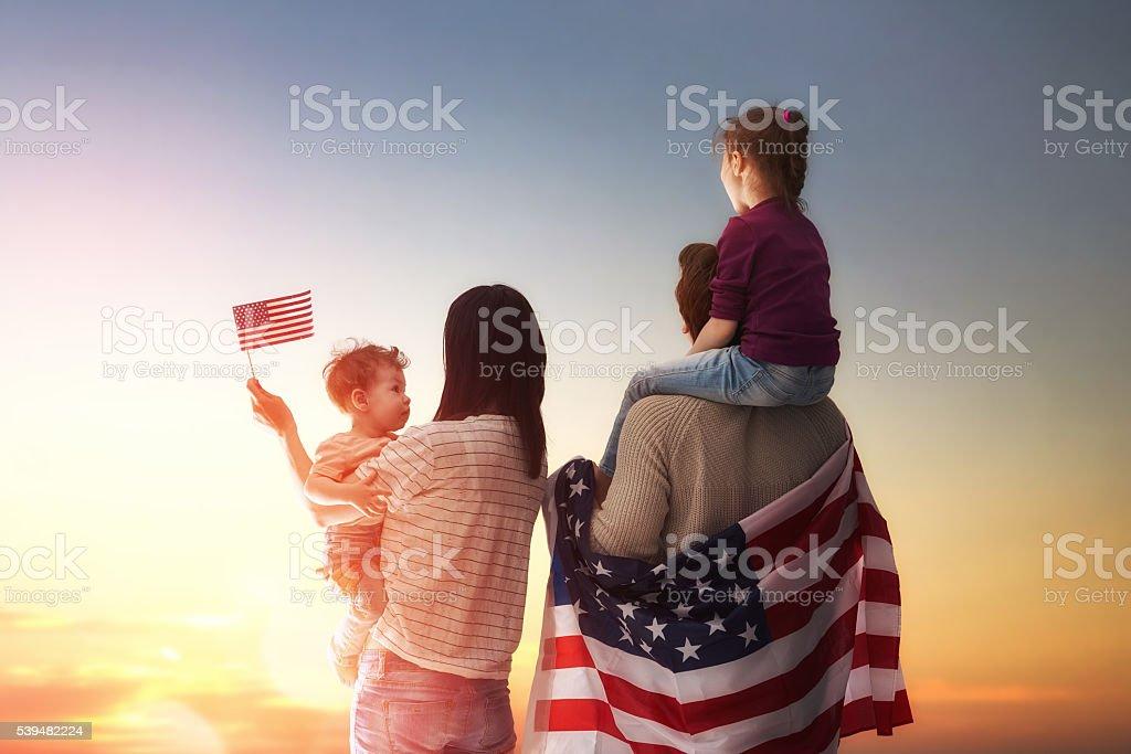 Patriótica estadounidense vacaciones y feliz familia - foto de stock