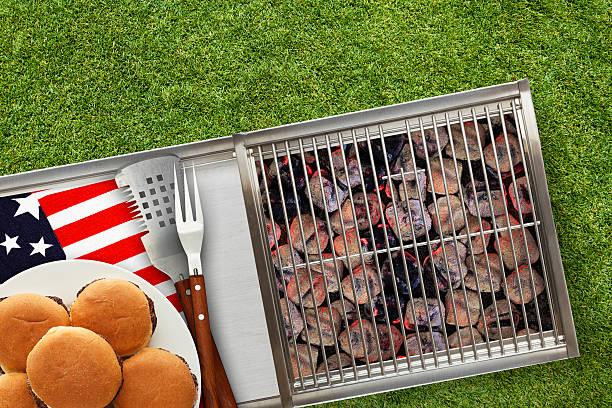 patrióticas grelha quente com tecendo hambúrgueres no gramado - dia do trabalho - fotografias e filmes do acervo