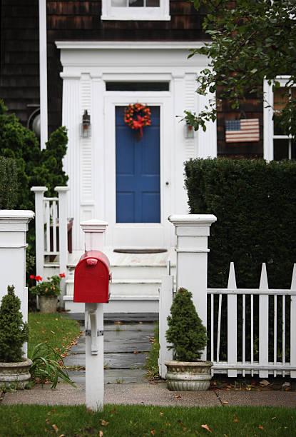 patriotische yard in rot, weiß und blau - buchstabentür kränze stock-fotos und bilder