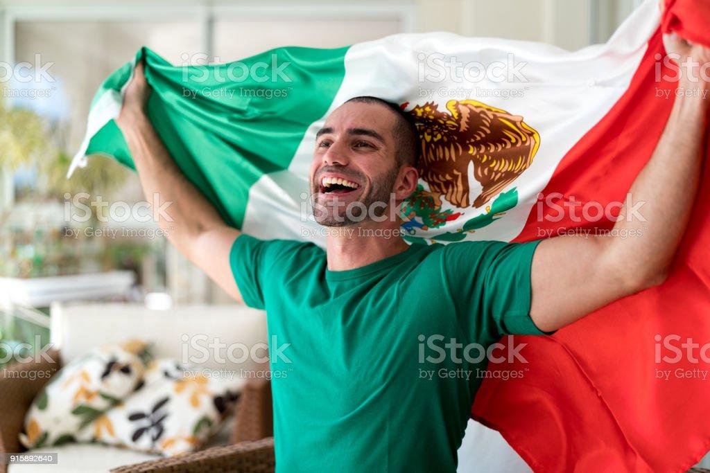 Patriotismo y la celebración de un ventilador joven mexicano - foto de stock
