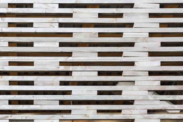 Modelo de valla de enrejado, creado por pequeñas rayas madera con los agujeros rectangulares en el medio. Para el patrón natural, diseño de papel tapiz o bandera - foto de stock