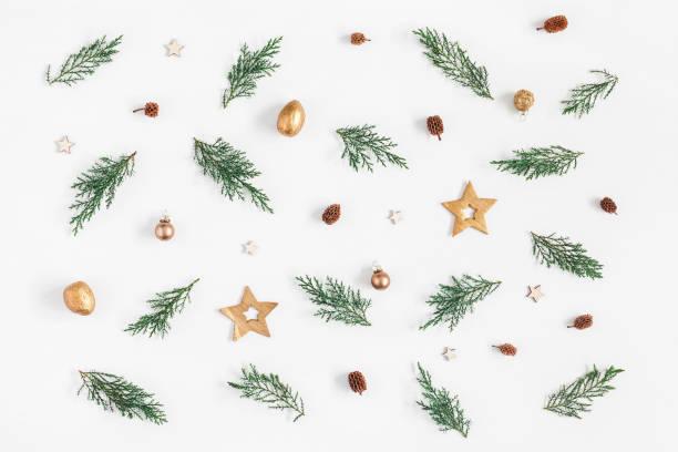 mönster av juldekorationer. platt lekmanna, top view - christmas decoration golden star bildbanksfoton och bilder