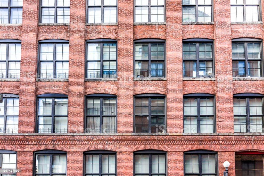 Padrão da janela de vidro tijolo edifício no Brooklyn, a arquitetura antiga de Nova Iorque, NYC, grunge exterior frontal - foto de acervo