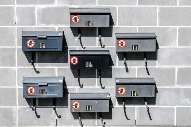 Muster von Briefkästen an der Wand – Foto