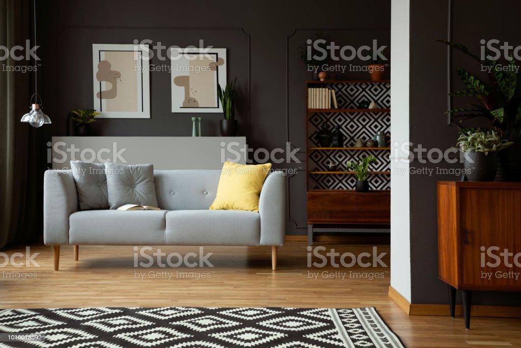 Gemusterten Teppich Vor Grauen Sofa Scandi Wohnzimmer