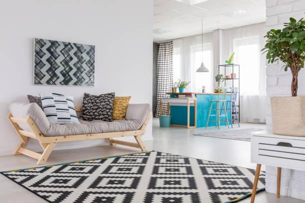 gemusterten teppich im wohnzimmer - teppich geometrisch stock-fotos und bilder