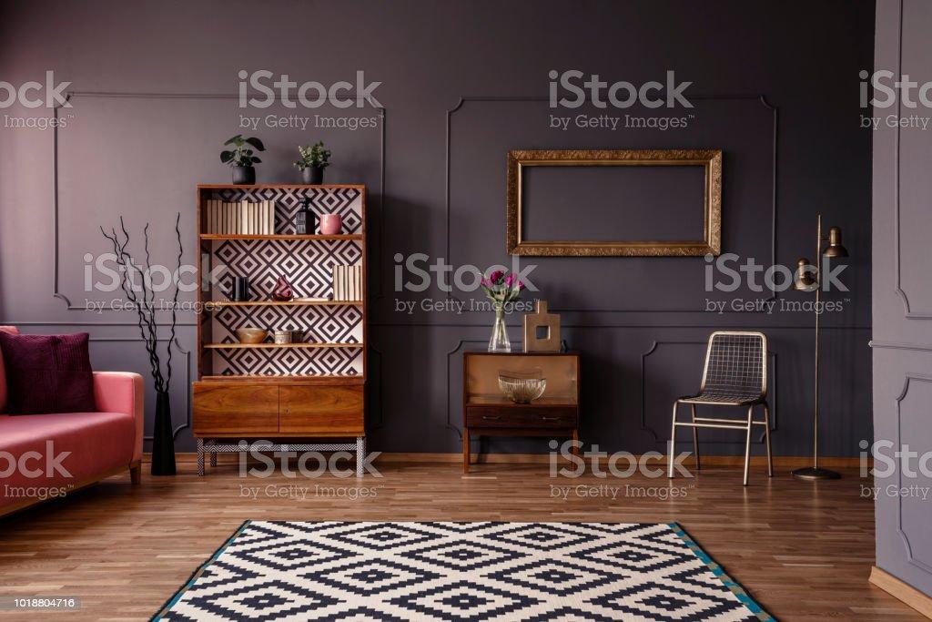 Gemusterten Teppich In Grau Retrowohnzimmer Interieur Mit