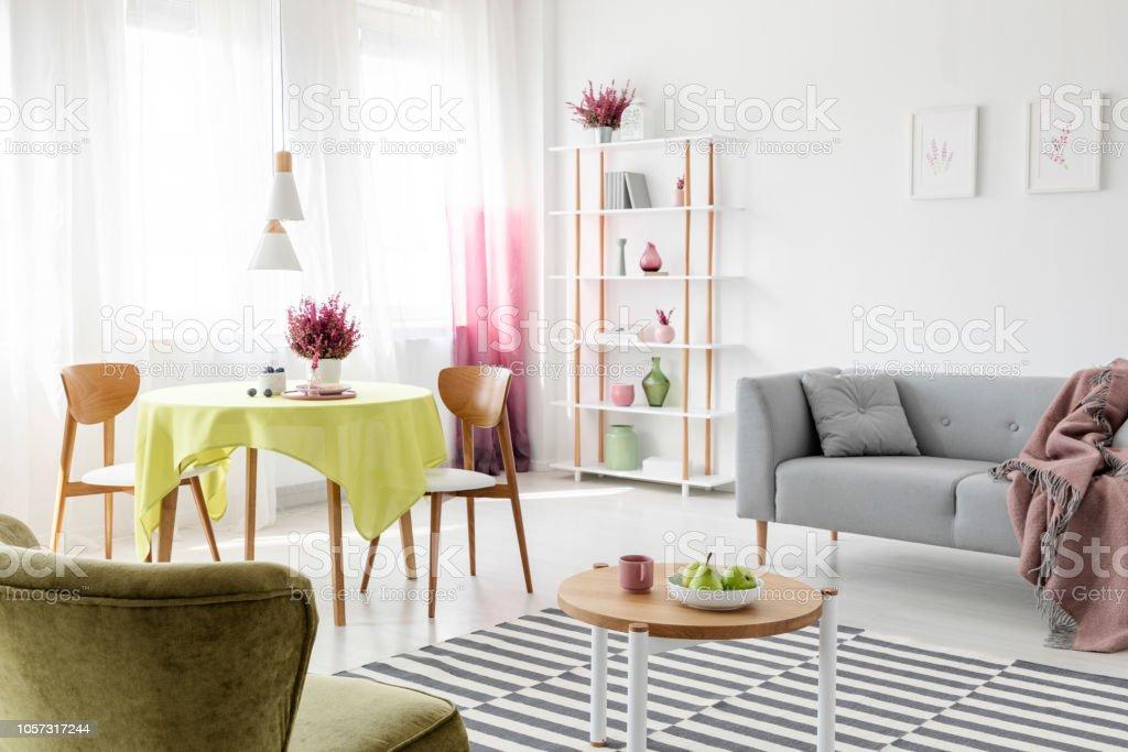 Gemusterten Teppich Auf Dem Boden Des Stilvollen Wohnzimmer Mit Grau Couch Runder Tisch Und Stuhlen Und Heidekraut Gemalde An Der Wand Echtes Foto