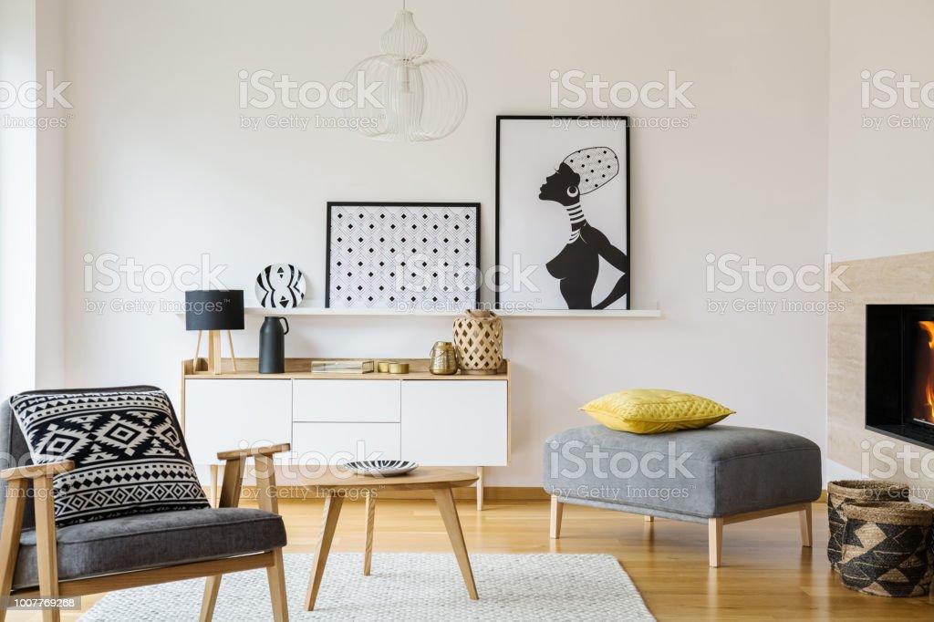 Gemusterte Kissen Auf Grau Holz Sessel Im Wohnzimmer Interieur Mit