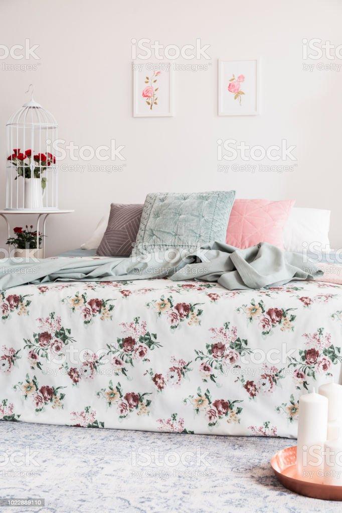 Gemusterte Bettwäsche Und Kissen Im Bett Im Weiblichen Schlafzimmer