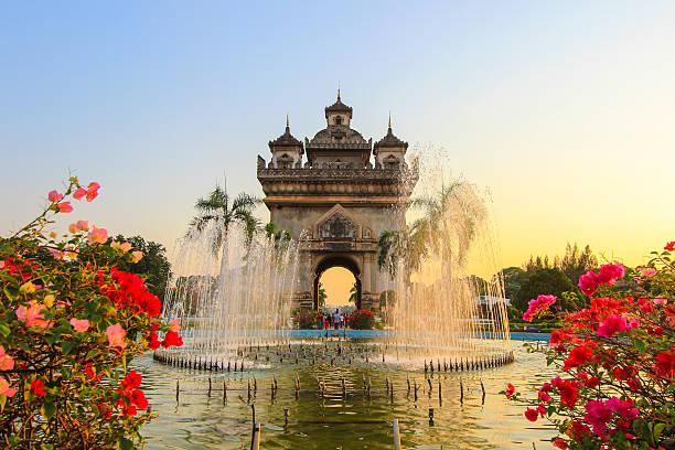 patuxai (victory tor oder tor der triumph) am abend. - laos stock-fotos und bilder