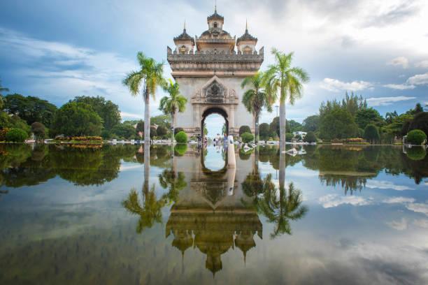 patuxay denkmal schmücken sich mit dem licht in vientiane, laos. - laos stock-fotos und bilder