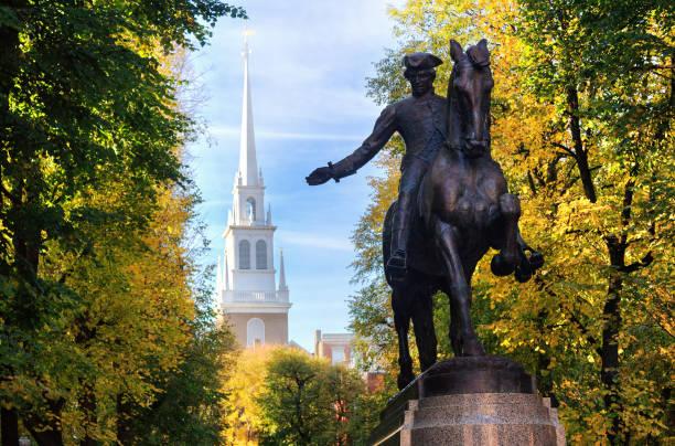 paul revere statue en de old north church, boston, massachusetts - massachusetts stockfoto's en -beelden