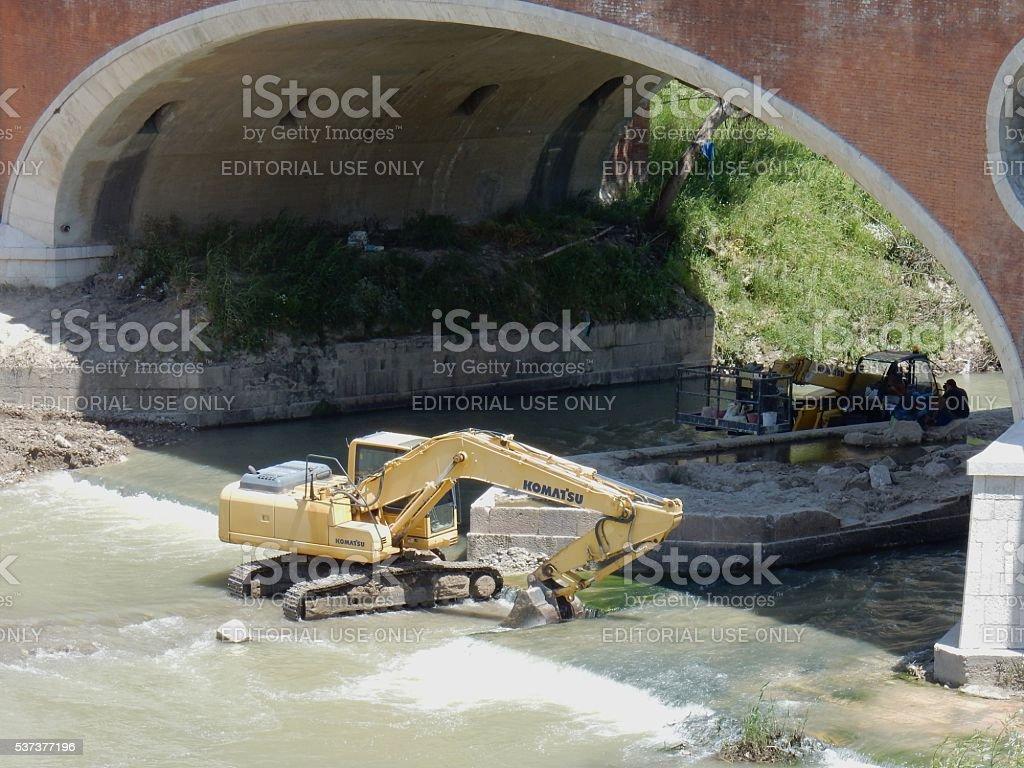 Pausa lavoro sotto il ponte stock photo