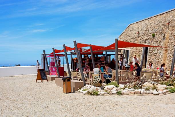 pavement cafe at cape st vincent, sagres, portugal. - esplanada portugal imagens e fotografias de stock