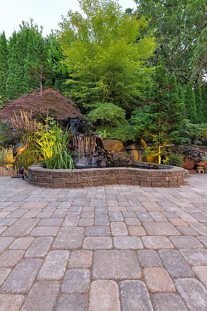 brukarz ceglane patio z wodospadem staw - staw woda stojąca zdjęcia i obrazy z banku zdjęć