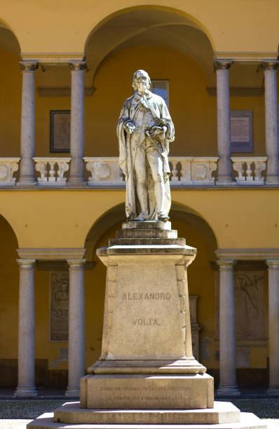 pavia, italien: statue von alessandro volta, universität von pavia - berühmte physiker stock-fotos und bilder